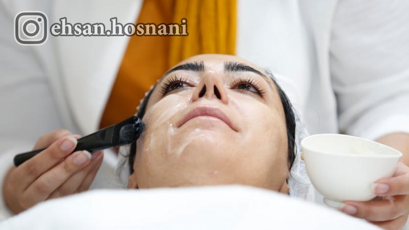 پخش کردن ژل کربوکسی روی پوست با قلم مو
